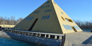 Gold Pyramid House2
